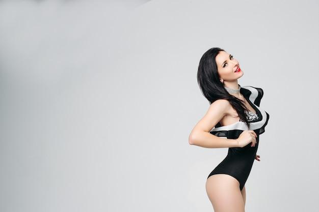 Seksowna piękna tancerka na rurze w modnym czarno-biały taniec ciała pozowanie
