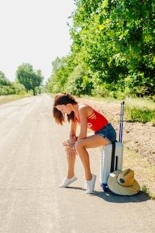 Seksowna podróżnicza kobieta na drodze