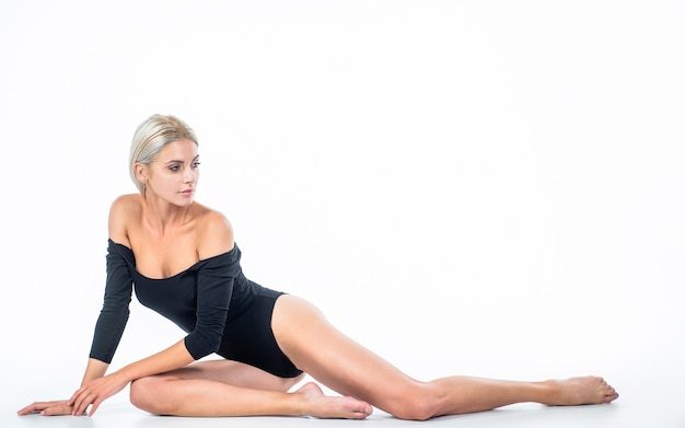 Seksowna rzeczywistość dama z dopasowanym szczupłym ciałem kobieta opieki zdrowotnej depilacja koncepcja urody skóry stóp