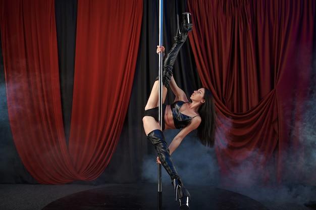 Seksowna tancerka na scenie, taniec na rurze, striptiz. atrakcyjna striptizerka, taniec na kolanach, występy na rurze, tancerka w klubie