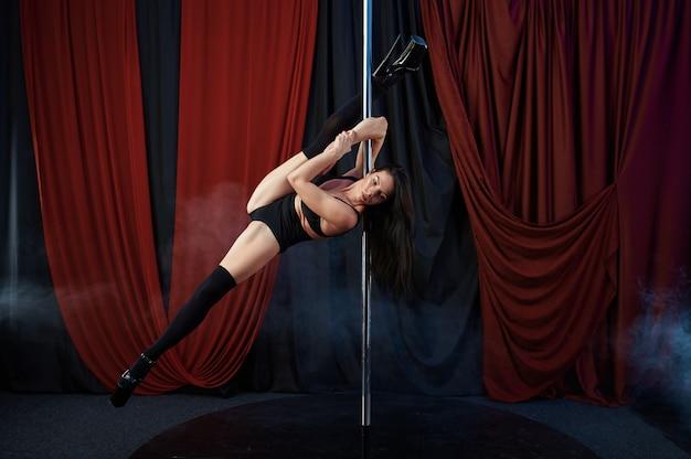 Seksowna tancerka, taniec na rurze, striptiz. atrakcyjna striptizerka, taniec erotyczny, występy poledance, gorąca dziewczyna w klubie ze striptizem
