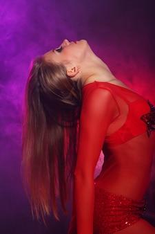 Seksowna tancerka w czerwieni