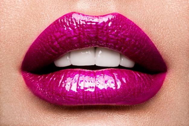 Seksowne usta. beauty pink lips makeup detail.