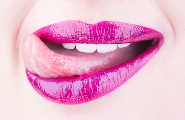 Seksowne usta język usta piękno wargi piękne wargi zbliżenie makro z pięknymi ustami kobiety piękno języka jasna szminka i błyszczyk