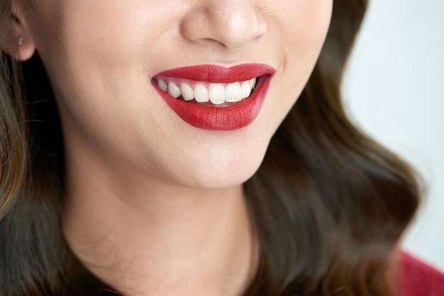 Seksowne zmysłowe usta na czerwono z otwartymi ustami. piękny makijaż ust. bliska czerwone usta azjatyckiej dziewczyny.