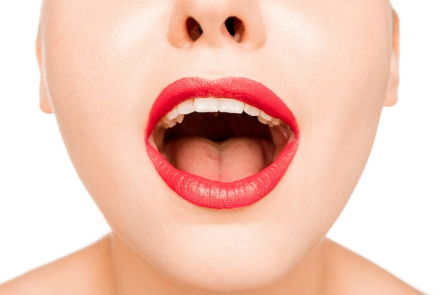 Seksownie zaskoczona czerwona warga. close-up piękne usta. makijaż. model uroda zbliżenie twarzy kobiety