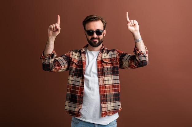 Seksowny atrakcyjny mężczyzna wskazując palcami w górę