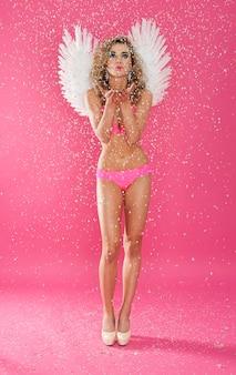 Seksowny i uroczy anioł przesyła buziaki