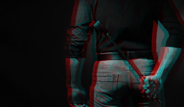 Seksowny mężczyzna trzyma nóż