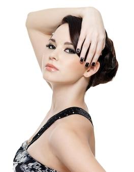 Seksowny piękna młoda kobieta z moda manicure i makijaż oczu jasne - na białym tle