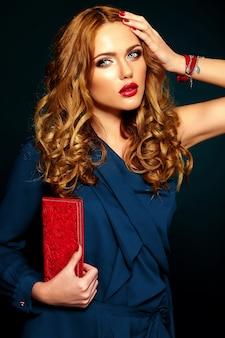 Seksowny portret pięknej stylowej kobiety model ze świeżym makijażem codziennym z czerwonymi ustami. z torebką w ręku