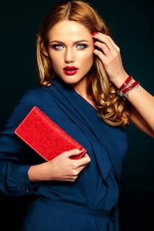 Seksowny portret pięknej stylowej kobiety model ze świeżym makijażem codziennym z czerwonymi ustami.