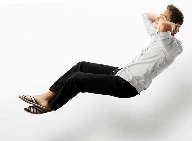 Seksowny przystojny samiec modela latanie w powietrzu