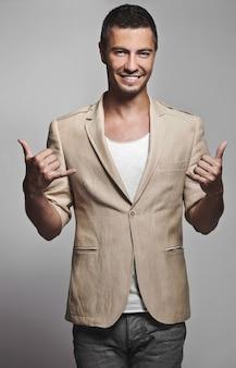 Seksowny przystojny szczęśliwy mężczyzna w kostiumu modelu