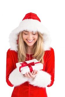 Seksowny santa dziewczyny mienia prezent