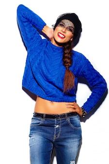 Seksowny stylowy model piękna młoda kobieta z czerwonymi ustami w niebieski sweter hipster tkaniny