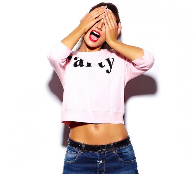 Seksowny stylowy model piękna młoda kobieta z czerwonymi ustami w różowy sweter hipster tkaniny