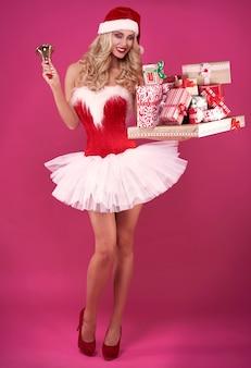 Seksowny święty mikołaj z prezentami świątecznymi i dzwonkiem