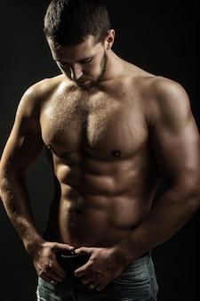 Seksualny muskularny mężczyzna