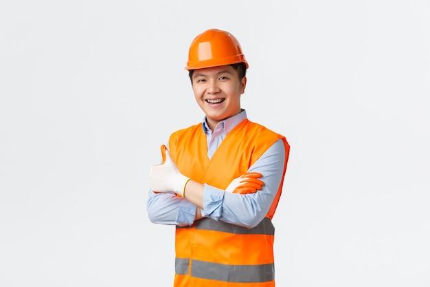Sektor budowlany i koncepcja pracowników przemysłowych pewny siebie młody inżynier azjatycki kierownik budowy i ...
