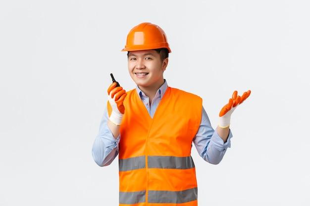 Sektor budowlany i koncepcja pracowników przemysłowych uśmiechnięty pewny siebie azjatycki główny inżynier budowlany m...