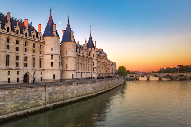 Sekwana i conciergerie, paryż, francja