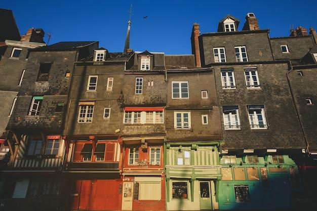 Selekcyjna ostrość na kolorowym budynku z ranku światłem w honfleur, francja