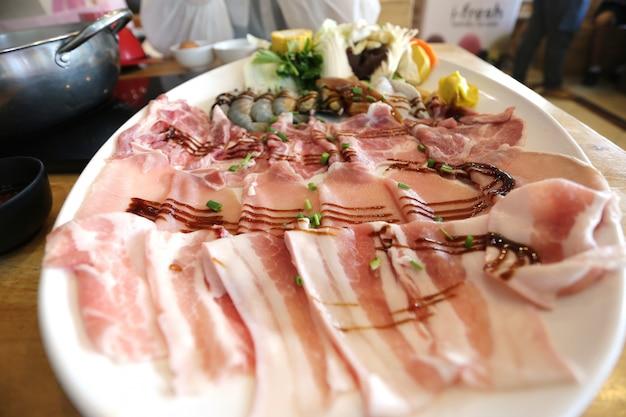 Selekcyjna ostrość świeży pokrojony wieprzowina surowy z warzywami dla gotować lub shabu shabu i sukiyaki, japoński jedzenie