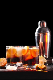 Selektywna kompozycja fokusowa z koktajlem rumowym i colą