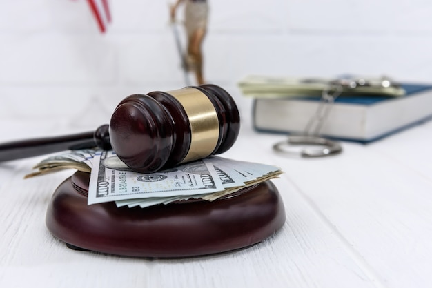 Selektywna koncentracja na młotku sędziego z dolarami amerykańskimi
