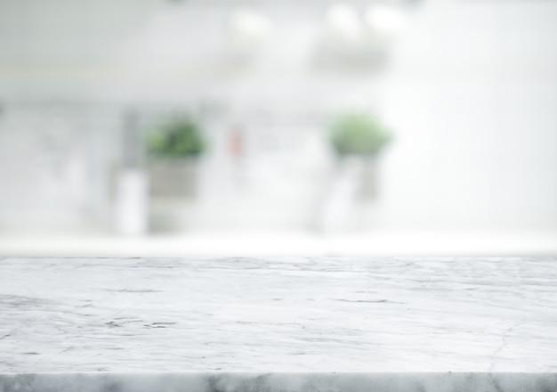Selektywne focus.marmurowy blat na rozmycie tła białej kuchni.