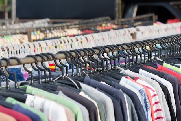 Selektywne focus niektóre używane ubrania skórzane wiszące na stojaku na rynku