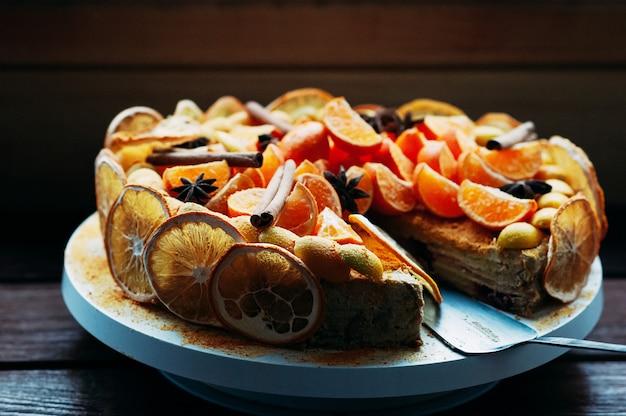Selektywne fokus makro wegańskie ciasto cytrusowe z kolorowymi przyprawami