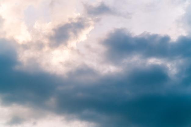 Selektywne fokus, miękkie białe chmury na tle błękitnego nieba.