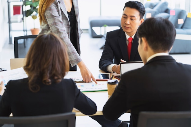 Selektywne fokus ręka kobiety biznesu, wskazując na dokumenty w sali konferencyjnej