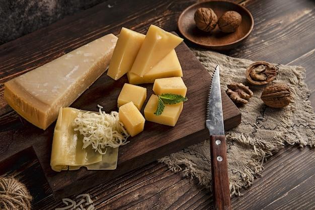 Selektywne fokus strzał pyszny talerz serów na stole z orzechami włoskimi na nim