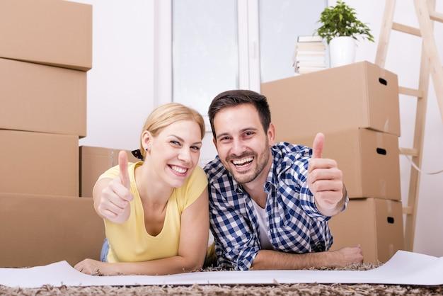 Selektywne fokus strzał szczęśliwej pary białych przeprowadzki razem do nowego domu