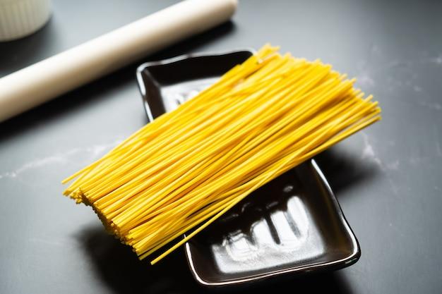 Selektywne fokus żółty makaron w danie. jedzenie i kopia przestrzeń. surowy makaron. makaron ryżowy i przestrzeń.
