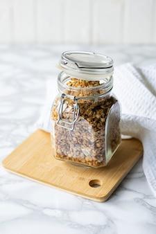 Selektywne nastawienie, zdrowe śniadanie, naturalne musli