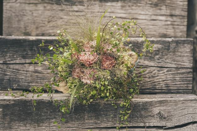 Selektywne skupienie pięknego bukietu małych kwiatów na drewnianej powierzchni