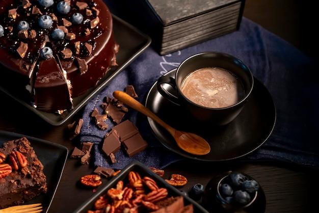 Selektywne skupienie się na czekoladzie i innych deserach w ciemności.