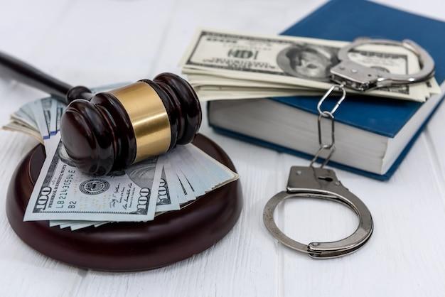 Selektywne skupienie się na młotku sędziego z amerykańskimi dolarami