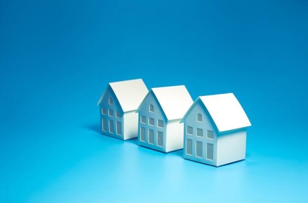 Selektywne skupienie się na modelowym domu na tle pastelowych kolorów
