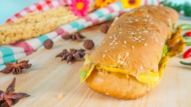 Selektywne skupienie się na pysznym chlebie - chleb i jajka, znane jako roti john w malezji, singapurze i indonezji.