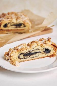 Selektywne skupienie się na pysznym kawałku ciasta maku z polewą z białego cukru
