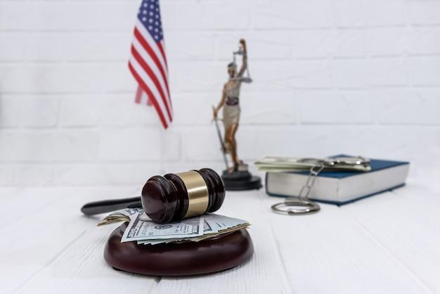 Selektywne skupienie się na sędziowskim młotku z dolarami amerykańskimi