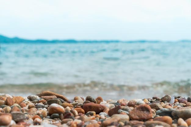 Selektywne skupienie się na skałach z niewyraźną plażą