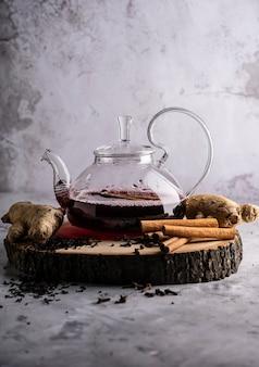 Selektywne skupienie świeżo parzonej herbaty w przezroczystym czajniczku z owocami i świeżymi jagodami herbata liścia...
