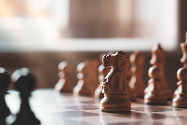 Selektywne skupienie szachowych rycerzy leśnych na planszy z rozmytym tłem,