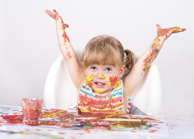 Selektywne ujęcie ostrości małej dziewczynki, malującej i bawiącej się!